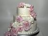 bruidstaart_met_heel_veel_hand_gemaakte_rozen_eclairgebak