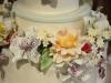 sweet_table_bruidstaart_met_c_hand_gemaakte_bloemen_eclairgebak2