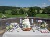 bruidstaart-met-verse-bloemen-en-styling-table-eclairgebak